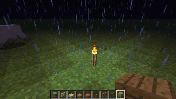 雨の中で燃え続ける松明
